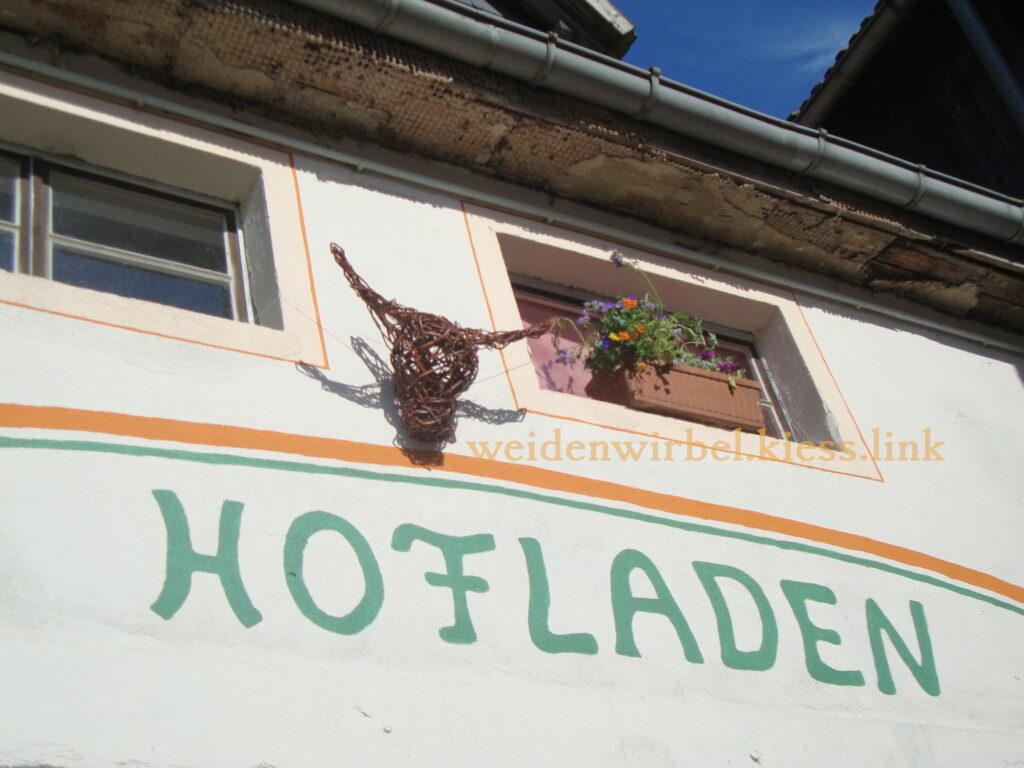 Kuhkopf über dem Hofladen